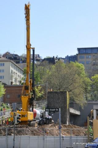 Züblin-Bohrgerät an der Stützmauer des Fußwegs neben der Neckarrealschule