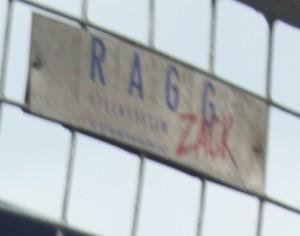 Alle Schilder des Zaunherstellers RAGG Zaunsystem aus Neuhausen wurden am 2.8. von Arbeitern entfernt