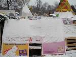 Schnee über der Zeltstadt